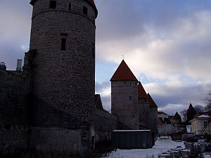 Tallinn: City wall and towers along Laboratooriumi Rd.